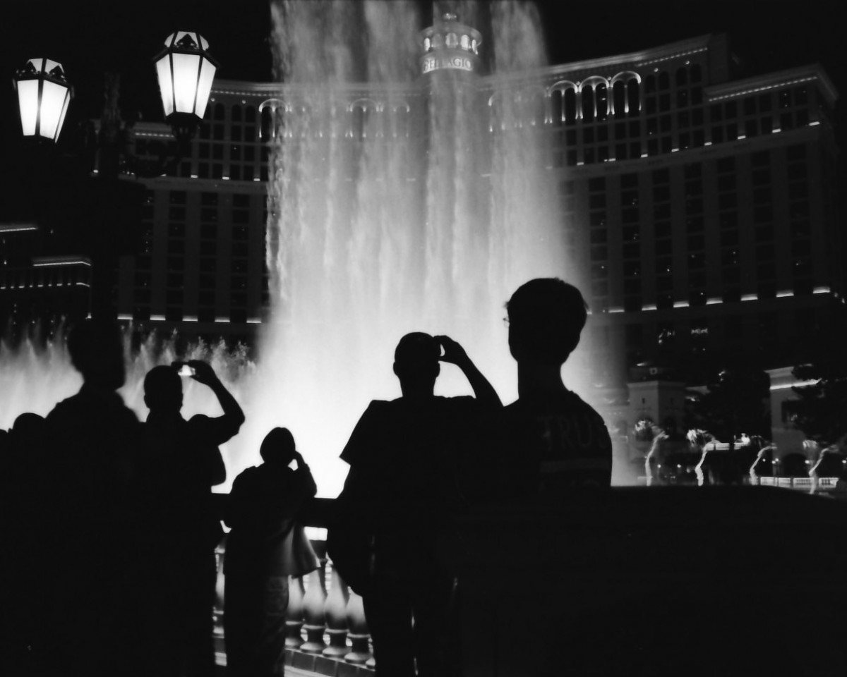 fountain-tourists